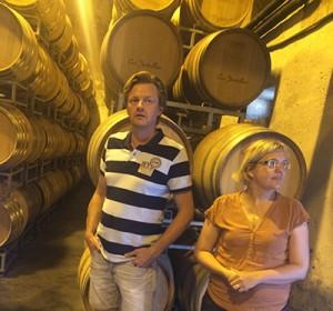 Hilde Chevillot, winemaker på Abbotts & Delaunay viser rundt på fadlageret