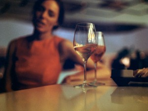 Grethe er ligeglad med, om vinhandleren serverer vinen på den rigtige måde...