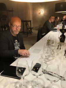Ulrik Houlberg kigger vredt på sin sidemand ved Europamesterskabet i tør Riesling hos Mr Ruby