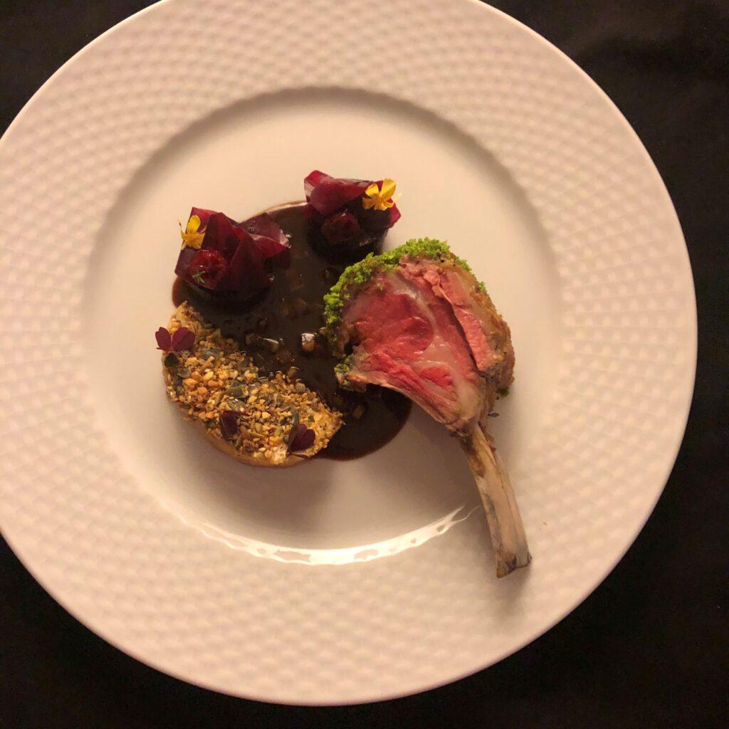 Lammekrone med glaserede rødbeder, bagt selleri og rødvins glace